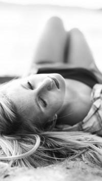 Blondes women lying down