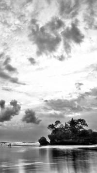 sea in black and white